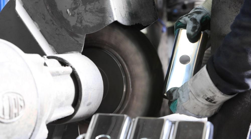 Servicio de pulido y la eliminación de rebabas de piezas metálicas para sector de automoción, menaje de cocina, sanitario,...
